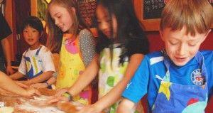 kids-pizza-making