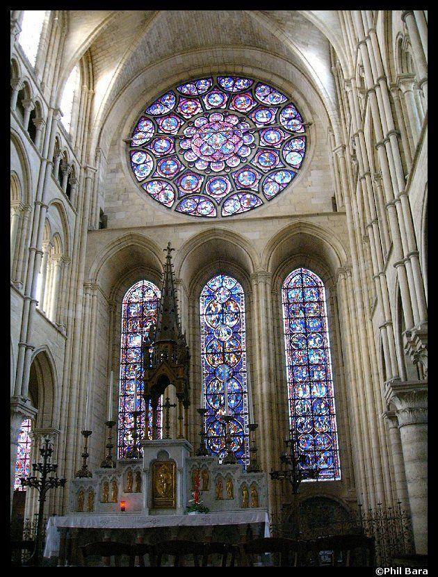 Art Gothique - Intérieur de la Cathédrale de LAON - v 1205 Vitraux et remplages pour supporter les vitraux. Théologie de la lumière dans l'art gothique, d'où la présence de vitraux colorés