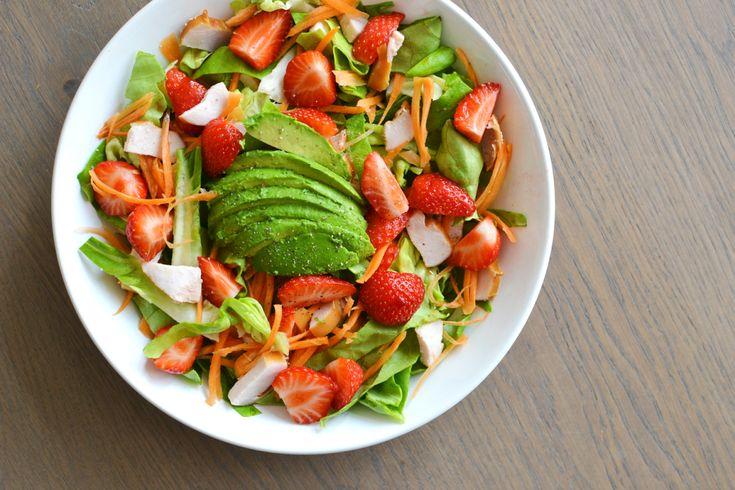 Zomertijd = saladetijd! Tijd voor heerlijk buiten eten, met een glas frisse wijn en een lichte salade op het menu. Zoals deze (koolhydraatarme) salade met aardbei, avocado, gerookte kip en wortel.