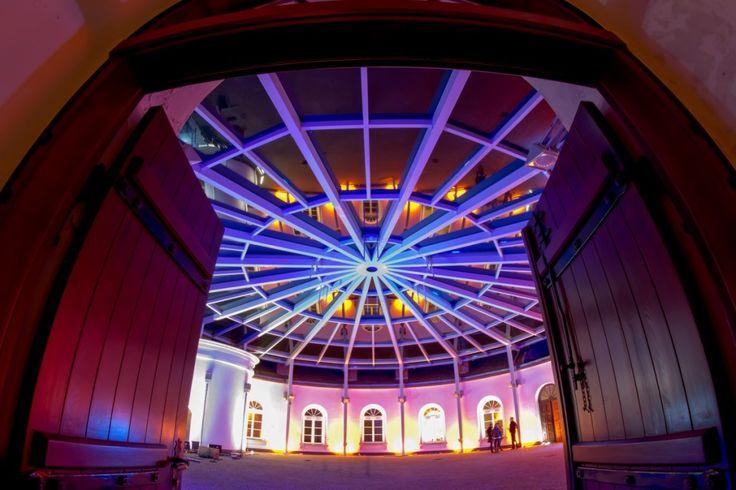 Centrum Sztuki FORT Sokolnickiegozlokalizowane wśród soczystej zieleni Parku Żeromskiego na zacisznym Żoliborzu tuż obok Placu Wilsona to jedyne w swoim rodzaju miejsce. Jego sercem jest kryjący się w historycznej, XIX wiecznej budowli spektakularny, zadaszony szkłem dziedziniec o powierzchni 400 m2, który może pomieścić kilkaset osób. Jest on jednocześnie salą weselną, miejscem bankietowym, galerią, teatrem, kinem, bywa salą koncertową, estradą i wybiegiem dla pokazów mody. Wokół…