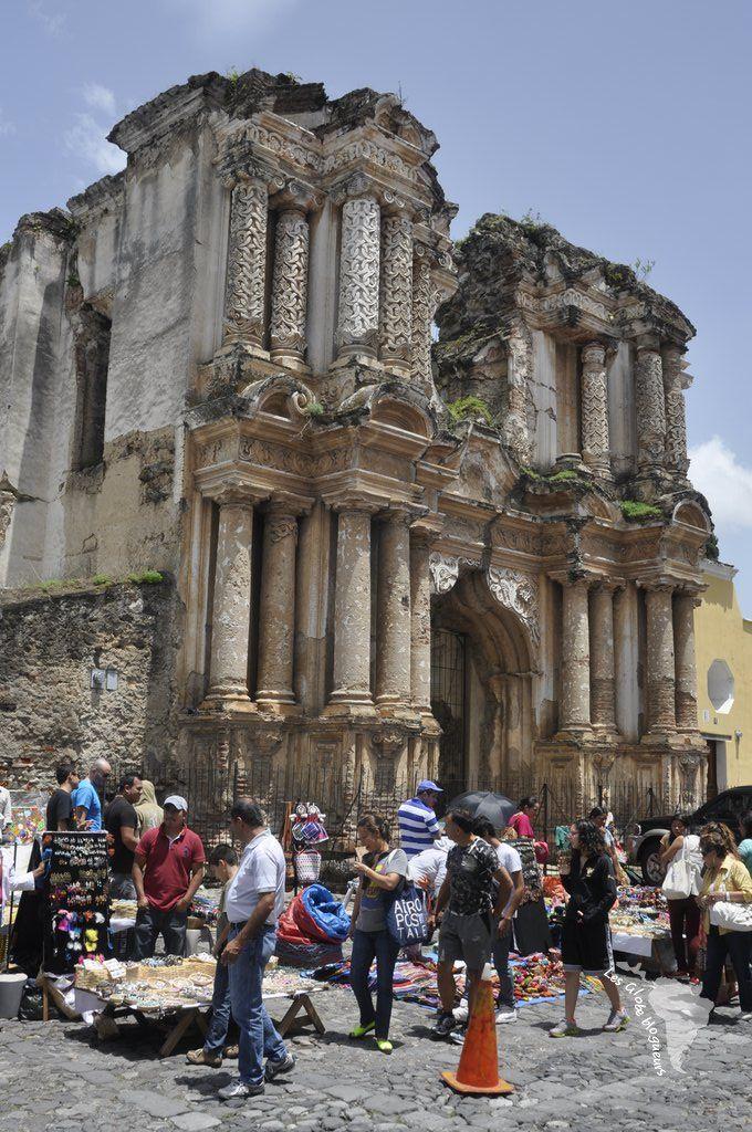 Marché artisanal d'Antigua au pied d'une vieille église, Guatemala