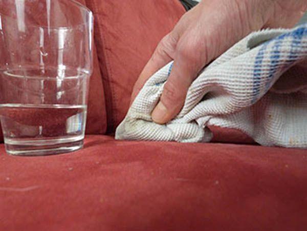 6 Ingrédients Miracles pour Faire Disparaître les Pires Taches Alimentaires. 1. Le Citron pour Nettoyer les Taches de Chocolat. Mais, associé au vinaigre blanc ou au jaune d'oeuf, il nettoie également le café. Plongez également vos vêtements tachés de gras dans une bassine d'eau et de citron. Enfin, le citron élimine aussi les taches de vin rouge. 2. Le Vinaigre Blanc pour Nettoyer les taches de Fruits Rouges. 3. Le Talc pour Nettoyer les Taches de Graisse.