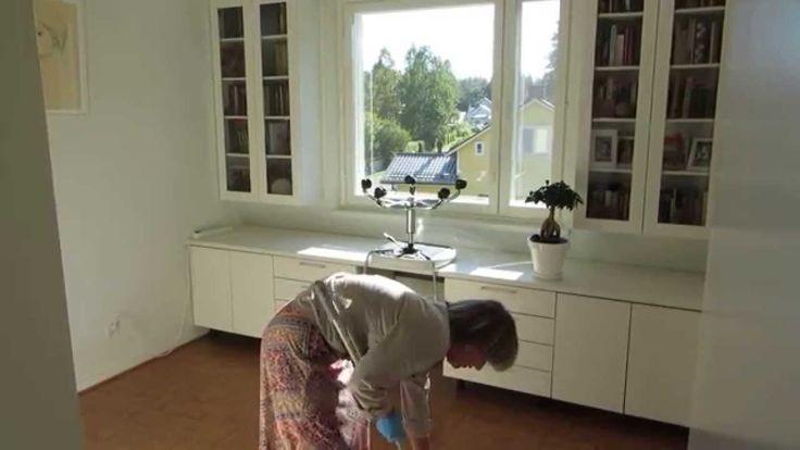 Чисто и легко убрать комнату в 10 кв. м. за 4 минуты вполне реально. http://olhanninen.livejournal.com/553227.html На видео показываю, как пылесошу, убираю пыль с плинтусов, вытираю пыль с мебели, мою и высушиваю пол после мытья. #уборка