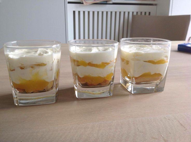 Recept Limoncello Tiramisu. In laagjes opbouwen. Je kunt 3 laagjes doen of 6 in een glaasje Lange vingers dopen in een mengsel van Limoncello en citroensap. 50/50. Daarop een dun laagje van Lemon Curd. Bij de AH te koop bij de jams. Neem het merk Chivers. Daarop een laag van mascarpone met slagroom en een klein beetje suiker. Verhouding 50/50. de drie laagjes nog een keer herhalen als je een hoger glas hebt. Een paar uur in de ijskast zetten zodat de smaakjes op elkaar inwerken. Afwerken met…