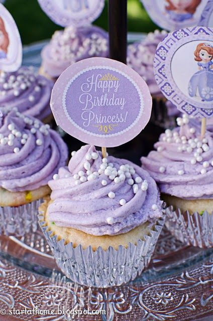 I know this is for a one-year old but I love the color of that icing and dang those little pearls be looking cute