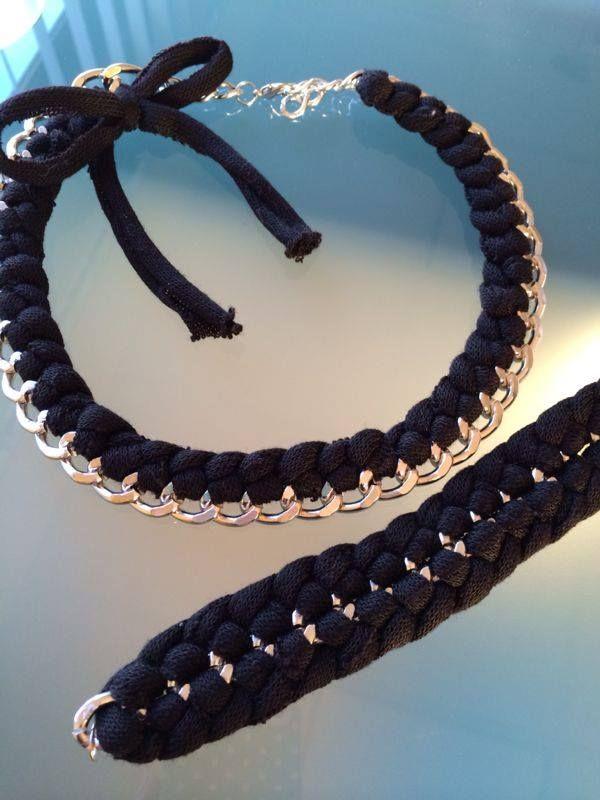 Collana e bracciale con catena e fettuccia nera intrecciata.