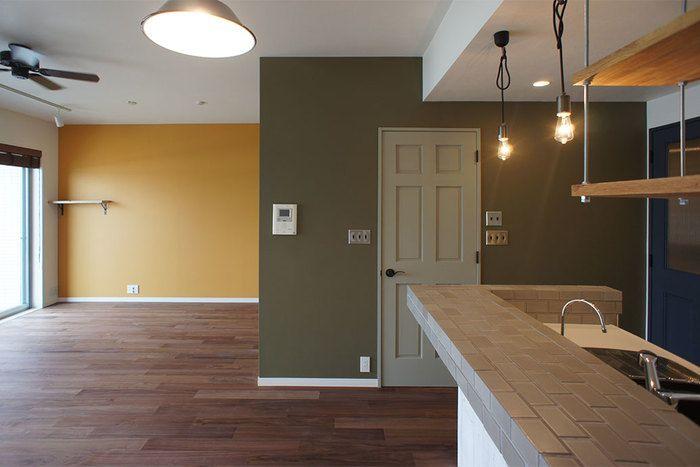 フローリングをウォールナット材にし、壁色を何色にも塗り分けることで一気に雰囲気があるお部屋に。
