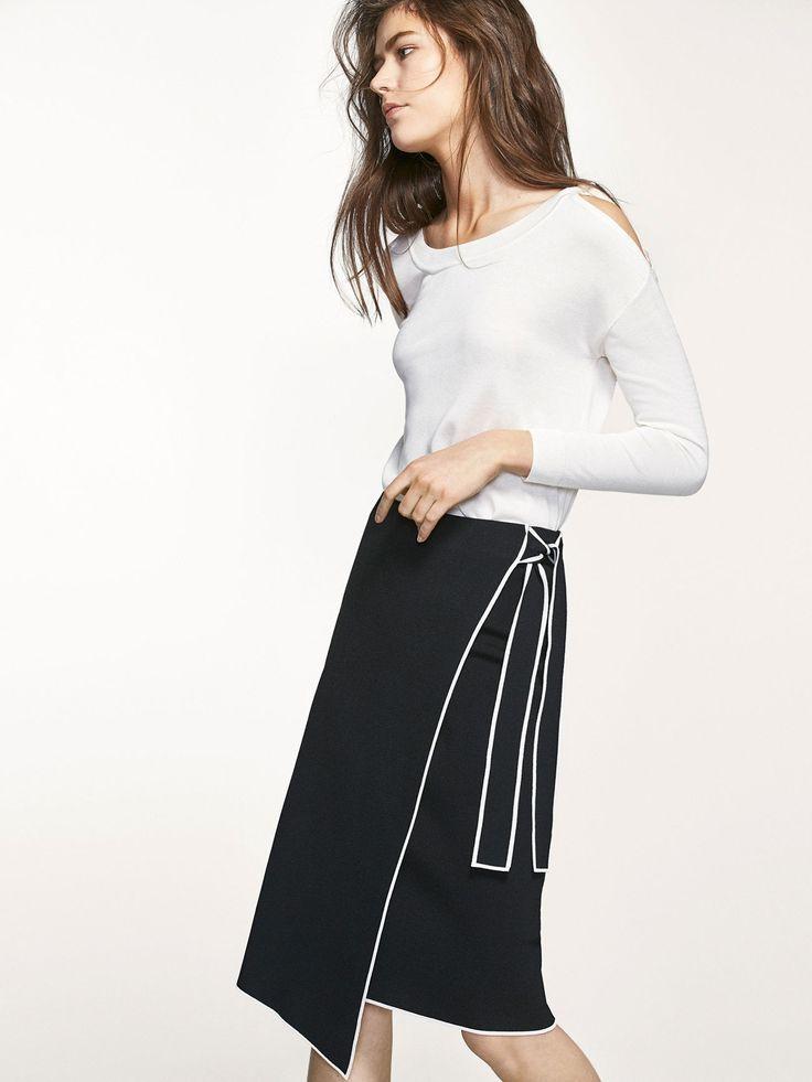Πλεκτή φούστα σε στυλ παρεό με ρέλια σε αντίθεση και λεπτομέρεια δετοί φιόγκοι στο πλάι, από απαλό μείγμα υφασμάτων. Μήκος μίντι και λάστιχο στη μέση. Το μήκος του ενδύματος στο μέγεθος Μ είναι 64 cm.