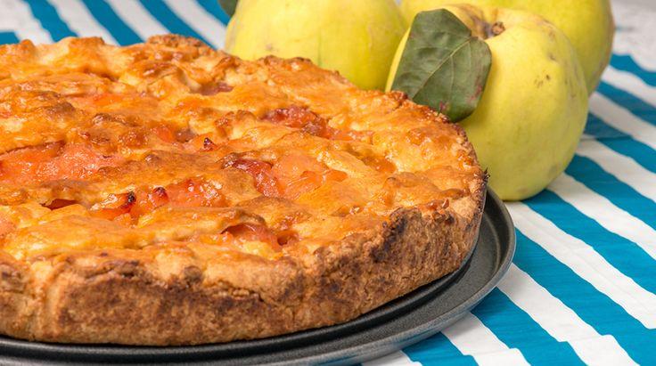 La classica Ricetta della Torta di Mele Cotogne. Leggi come preparare questo dolce squisito, ottimo se servito freddo e accompagnato da un liquore alle mele
