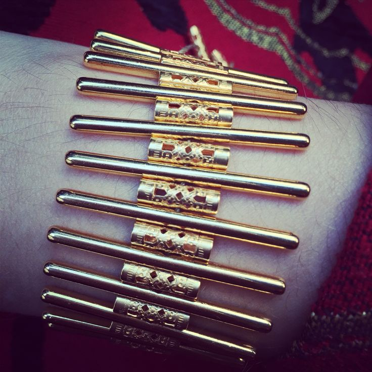 Bracelet in gold color with rods