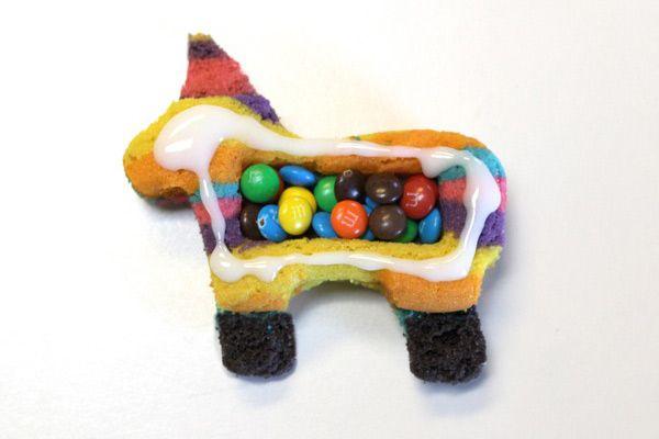 Biscotti arcobaleno a forma di cavallo ripieni di M