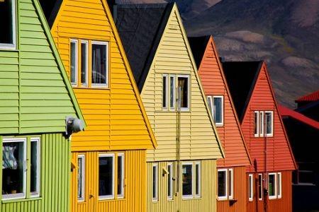 Longyearbyen, Norsko http://life.ihned.cz/cestovani/c1-55139730-zlute-modre-ruzove-podivejte-se-na-nejbarevnejsi-mesta-sveta