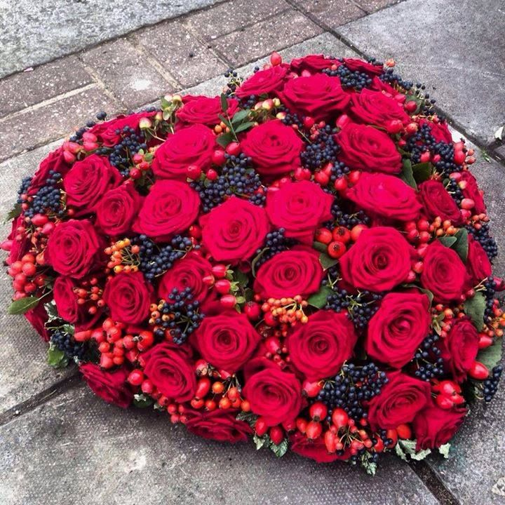 Mourning work - heart with red roses ~ uploaded by Flamingo Ede - www.flamingobloemen.nl