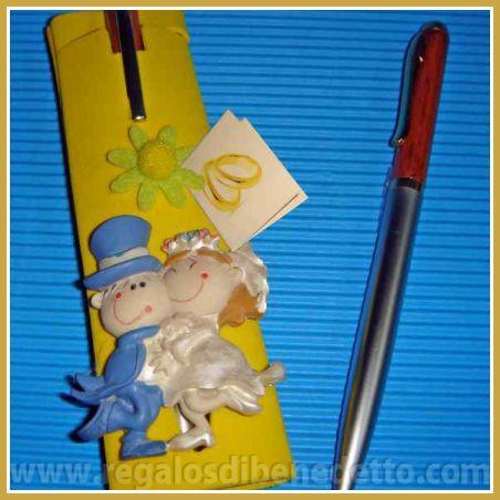 Bolígrafo de metal y madera. Incluye funda de foam con figura de novios imán para la nevera. #Detalles #Bodas #Wedding #Details