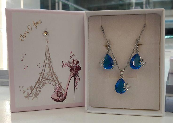 Precioso set bañado en Plata Sterling 925 con cristales azules. #joyeria #jewelry #bañodeplata #set #aros #colgante