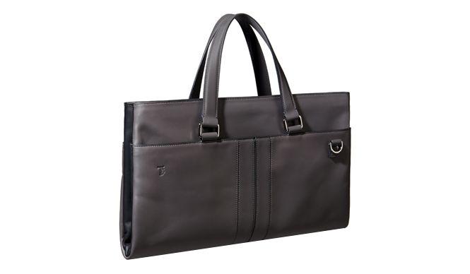 「TOD'S(トッズ)」は、4月におこなわれた「ミラノサローネ」の期間中に、nendoの佐藤オオキ氏とコラボレーションしたバッグを発表した。一見、ベーシックなデザインのようにも見えるバッグは、持つ人の理想を形にしたような佐藤氏らしい仕掛けが