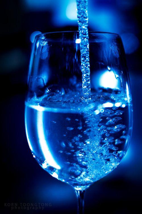 Añade el vinilo: Agua Puificada de los diseños de las #holos y haz vibrar diferente al agua de tu cuerpo.  lluïsa y rosó www.holoplace.net/info