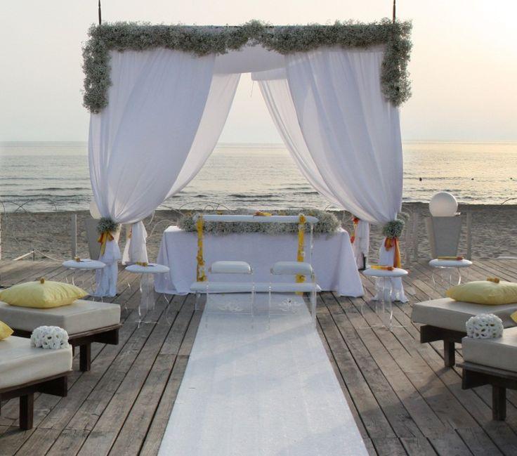 Altare in spiaggia per matrimonio in stile americano
