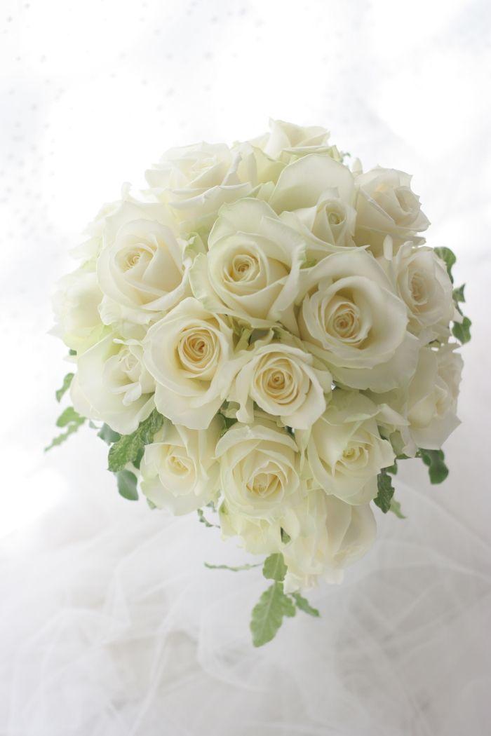 この3月、恵比寿、ウェスティンホテル東京様へお届けしたブーケ。白い大輪のバラはアバランシェ、ぎっしりと使って王道な感じのブーケ。少し下に下がるスタイルを、...
