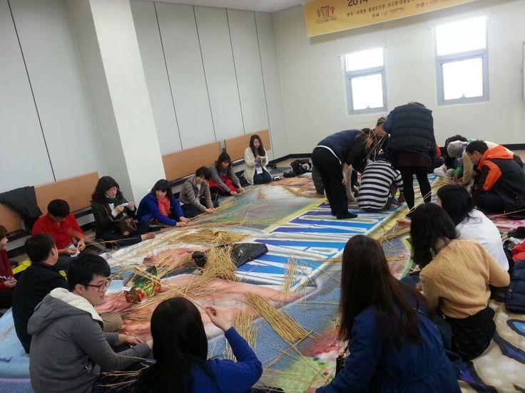 대전역 뒤 대전전통나래관에서 대전시 기자단분들과 짚풀공예체험중...