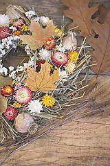 Jesenný veniec s listami a slamienkami.