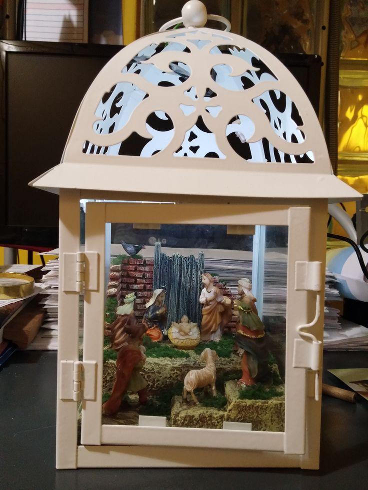 Farol blanco, con luz y figuras de 4 cm. Colección 2015.
