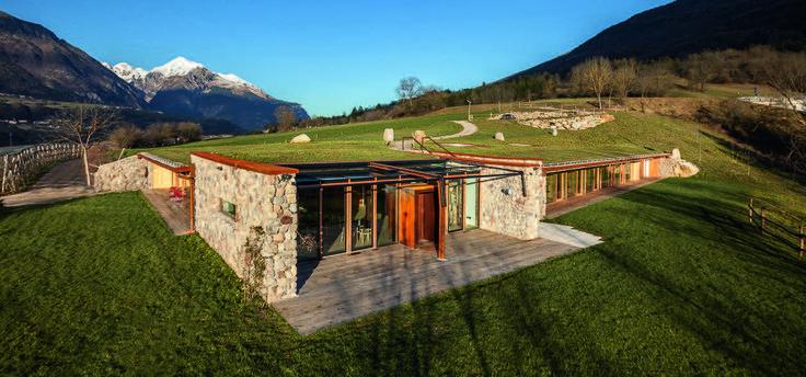 In Trentino Alto Adige, un edificio (in legno) si cela nel declivio di un prato. Combinando i principi della casa passiva con tecniche costruttive lignee