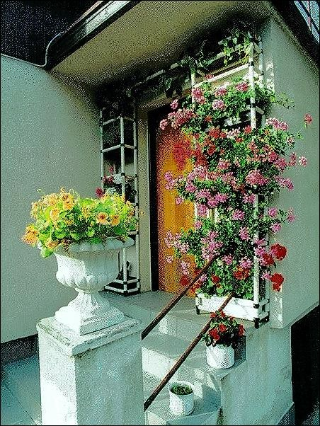 """""""Dveřník"""" - regálový květinopád z plastové trubkové stavebnice Rollpa."""