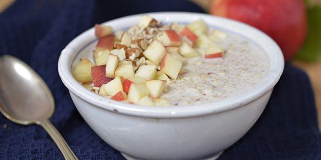 Super skøn kold quinoagrød her i form af en nem køleskabsgrød med skyr, havregryn og mandler. En dejlig morgenmad, der både er sund og lækker.