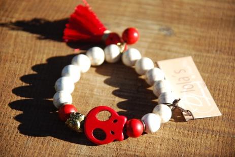 Pulsera howlita blanca y turquesas en rojo. Calavera roja y pompón de seda rojo(#Poppy Red) #Dlolas #primavera verano 2013