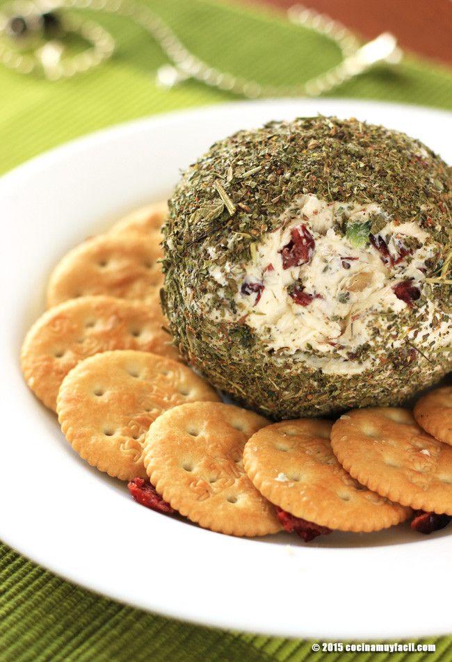 Para servir como botana en las posadas, Navidad y Año Nuevo: esfera de queso crema con arándanos y hierbas italianas. http://cocinamuyfacil.com/bola-de-queso-arandanos-y-hierbas-italianas-receta/