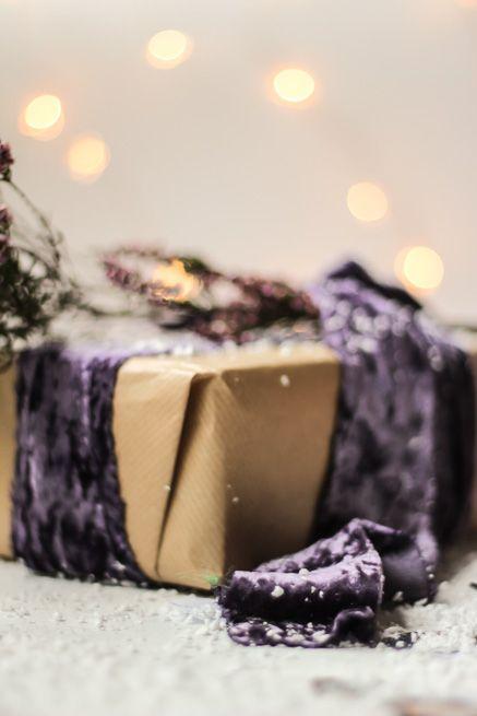 Christmas gift wrapping #christmaswrap #christmaswrapping #minimalwrap #wrappingvelvetribbon #velvetribbonwrap #velvetribbon #Christmas