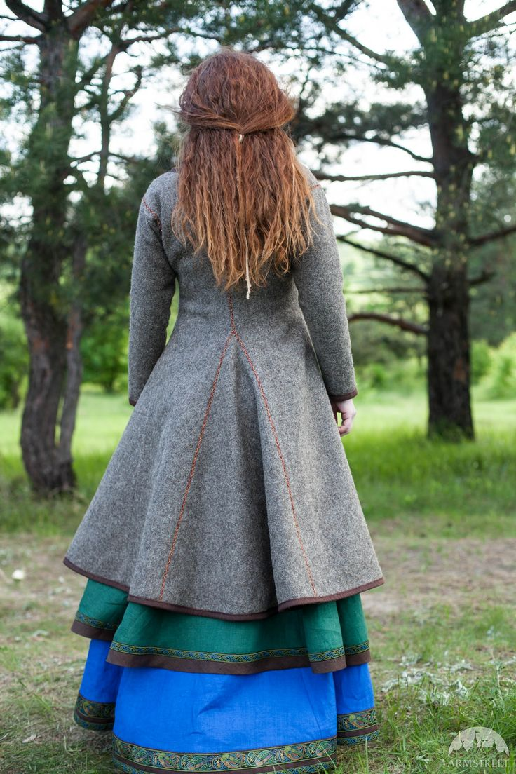Caftan viking manteau «Ingrid» avec la broderie