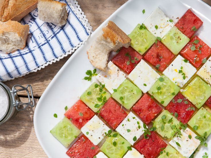 Dieser Salat aus Feta, Gurke und Melone ist nicht nur optisch ein Knaller- verfeinert mit zartem Basilikum wird er zu einem sommerlich-frischen Hochgenuss für den Gaumen!