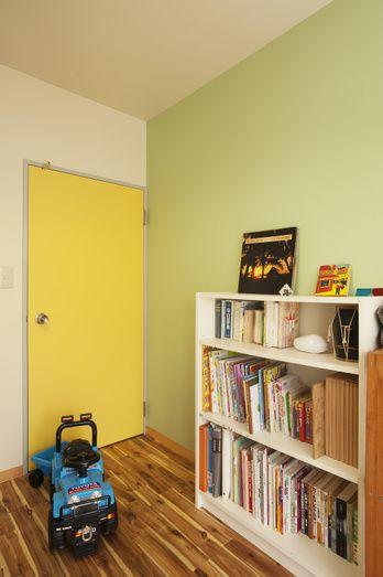 お子様のお部屋の壁一面だけアクセントカラーであそんでみたり、ドアを塗装してみたり。色は、親子で一緒に選んでみるのもいいですね。「自分のお部屋になるんだもん、私に選ばせて!」なんてリクエストがあるかも!?