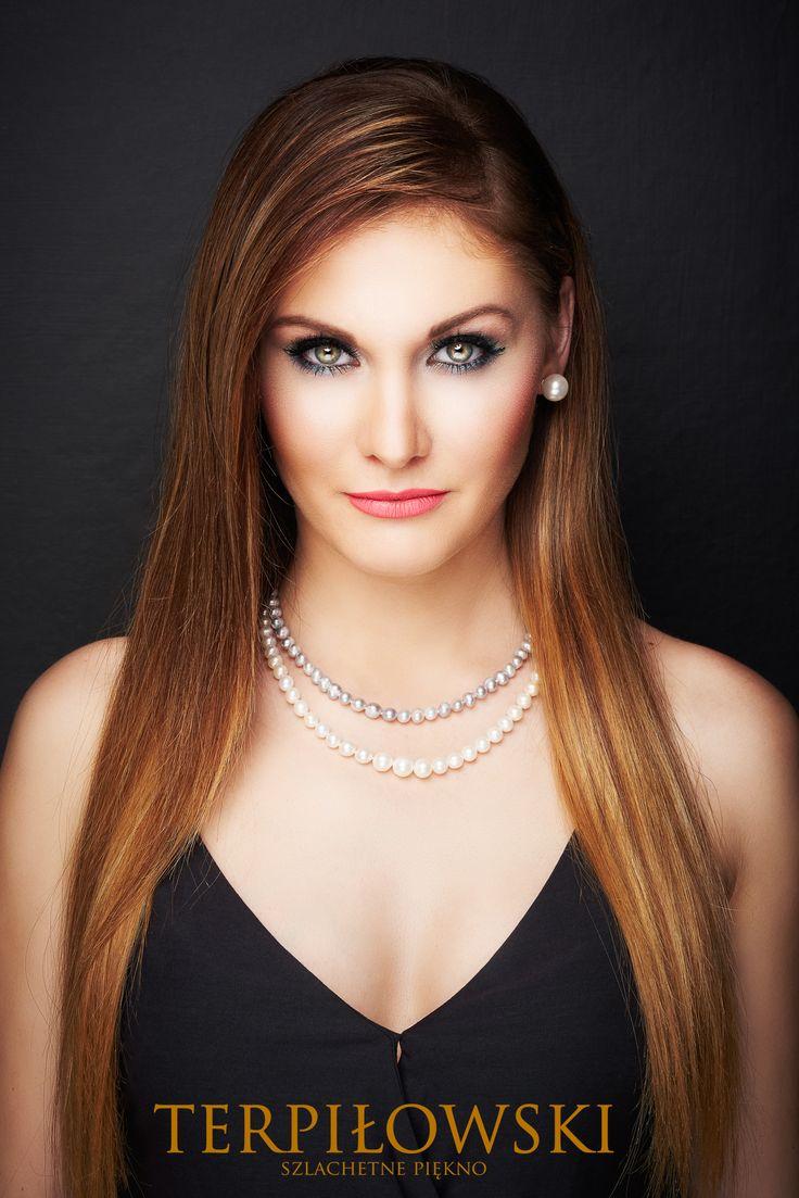 Piękna modelka pozuje do zdjęć w biżuterii z Salony Terpiłowski