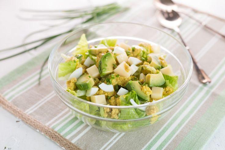 L'insalata di lattura, groviera, uova e avocado possiamo inserirla tra le ricette vegetariane più facili e veloci da preparare, nella categoria dei piatti unici leggeri e nutrienti.