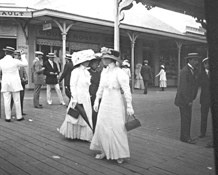 Otro magnífico documento de la rambla Lasalle con sus aristocráticos visitantes en 1909. La toma ofrece múltiples detalles sobre la moda de la época y también sobre el movimiento comercial de aquel paseo, que fue anterior a la Rambla Bristol o Francesa.
