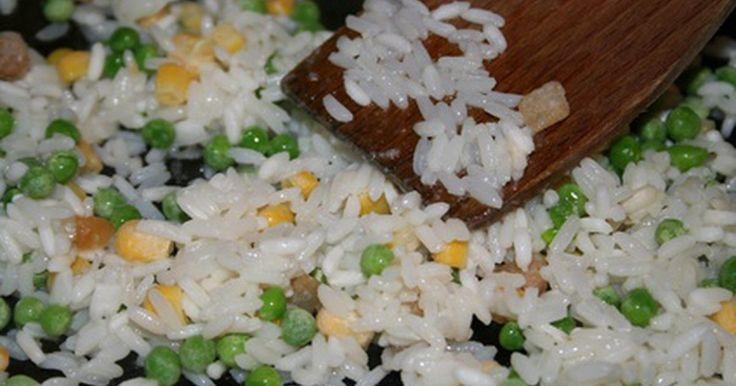 Cómo hacer un arroz frito similar al de un restaurante japonés. Los restaurantes japoneses ofrecen el tradicional teppanyaki, un estilo de cocina en el que los chefs expertos calientan la comida en parrillas calientes a poca distancia de los deslumbrados clientes. Los platillos favoritos en los restaurantes japoneses incluyen los camarones hibachi y el pollo teriyaki. El calor fuerte dora la carne para ...