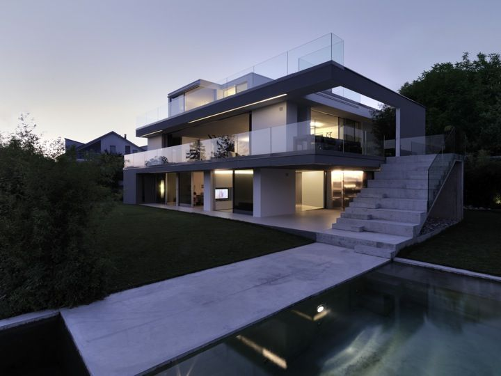 This 2,900 square foot tri-level home is not only a house but a family sculpture looking for freedom and social interaction. Visually stunning it was built by Gus Wüstemann architects around the wants and needs of a family, overlooking the Lake of Zürich, with even a pool to help enjoy the views down the hillside