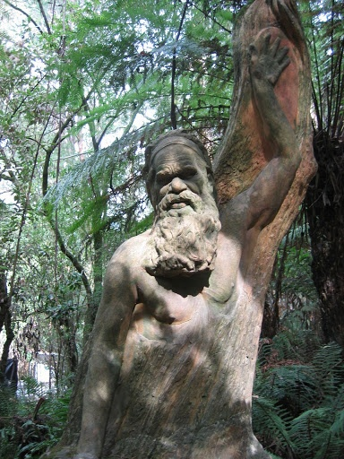 O Bosque Vivo de William Ricketts - Esculturas em troncos de árvore e pedra bruta | Ser Humano Arte