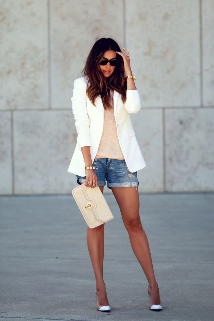 Sommer Chic Pur - Weisser Blazer, Jeans Shorts, Nude Heels, Nude Clutch *** Summer Day to Night Style très chic
