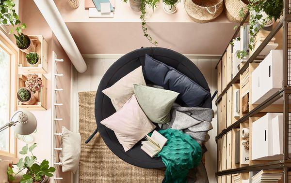 Vil du ha ei zen-inspirert stue? Sats på naturlige, varme farger og lave, koselige sittemøbler som IKEAPS2017 svart gyngestol. Den er skålformet og teltinspirert og har massevis av plass, slik at du kan sette deg godt til rette med store puter og myke pledd.