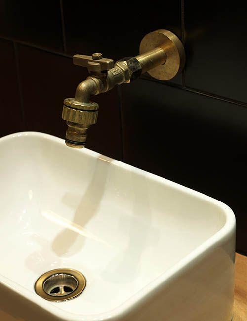 BIB' N TUCKER | alwill  #retro #interiors #bathroom #tap #blacktiles