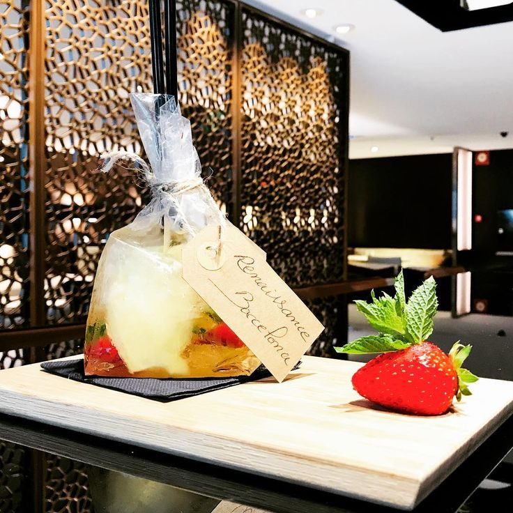 Fresh Natural  strawberries Mojito @cocktail_inspiration_ ..... #drinkup #glass #pub #bar #drink #drinks  #slurp #discovery #cocktail #cocktails #barcelona #bar #bartender #cocktailgram #drinks #instadrink #drinkdrankdrunk #drinking #lovemylife  #enjoylife #enjoy #lounge #spain #bcn #liquor#alcohol #mixology#mixologybar  #happy #mixologyguide #flowers