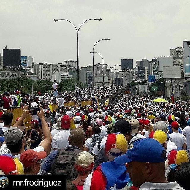 #Repost @mr.frodriguez ・・・ Caracas un 19 de Abril. #caracas#venezuela#democracia #protest