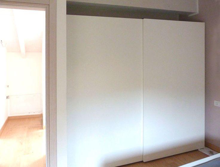 Se non avete molto spazio in camera, vi consigliamo di utilizzare un armadio con ante scorrevoli laccato opaco.