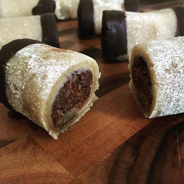 de lækreste sukkerfrie træstammer takket være easis-udentilsatsukker 😍👌🏼 Opskrift: 300 gram sukkerfri marcipan 100 g strøfigner 100 g strøabrikoser (urtekram) 2 spsk kakaofibre  2 spsk romessens 2 spsk kokosmel (sukrin) 1/2 dl mandelmælk 50 g mørk chokolade // dammsugare småkakor julbak julgodis Fav
