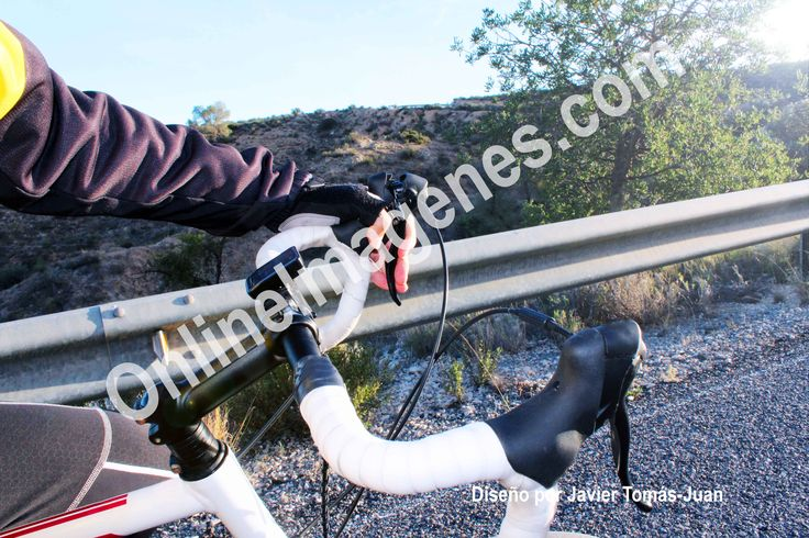 Compra imagen online para informar sobre la ropa en el deporte del ciclismo de carretera mediante estrategias de marketing digital de contenidos en páginas webs y redes sociales.