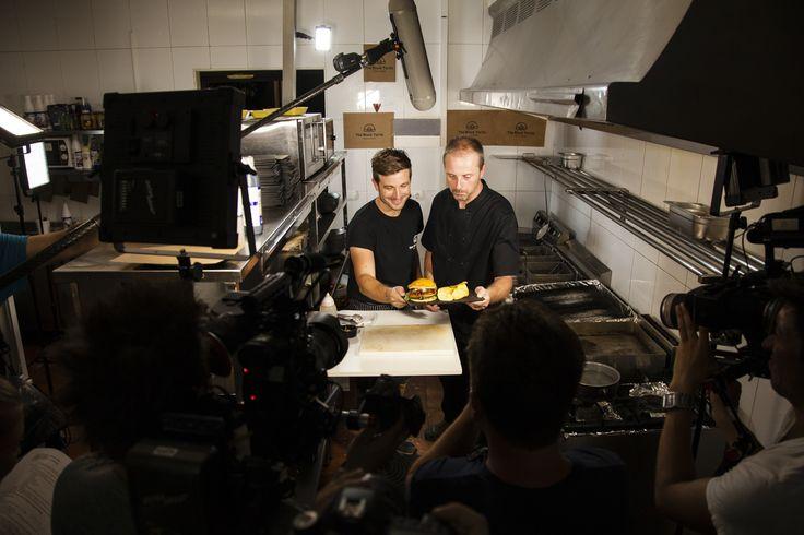 Equipo de grabación de Travel Channel en nuestra cocina junto a nuestros cocineros. Un equipo amigable y lleno de profesionales ;) www.theblackturtle.es
